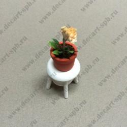 Горшочек с цветами на стуле