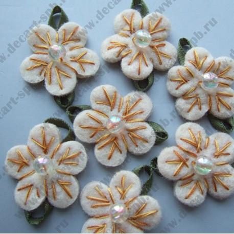 Цветы пришивные бежевые с зеленью 30 мм